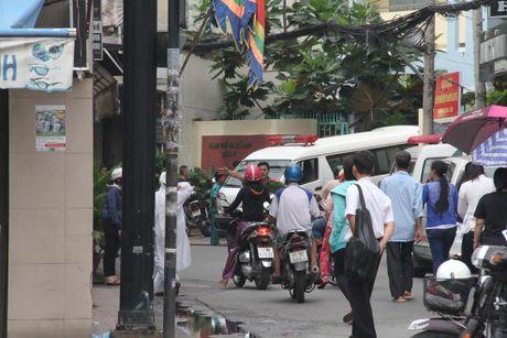TPHCM: No sung o UBND phuong, 1 nguoi nghi tu sat - Anh 2