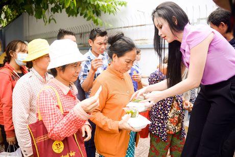 Nguoi dep Janny Thuy Tran muot mo hoi trao com tu thien - Anh 6