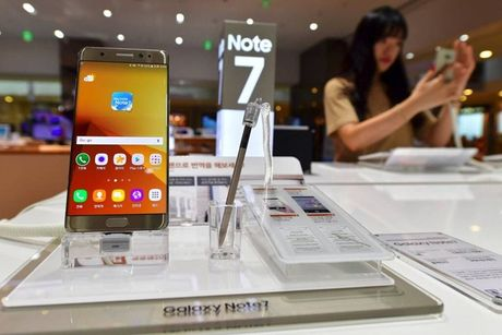 Khach hang Viet Nam da co the den dai ly doi Samsung Galaxy Note 7 lay... tien va qua - Anh 1