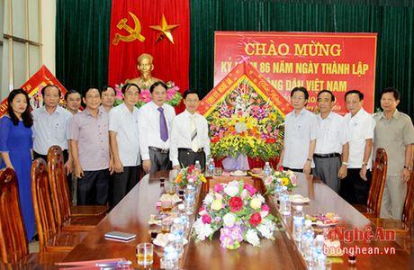 Thuong truc Tinh uy tang hoa chuc mung Hoi Nong dan - Anh 2