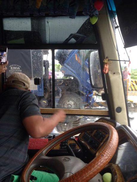 Khanh Hoa: Xe tai dam nat tram thu phi, nhieu nguoi bi thuong - Anh 1