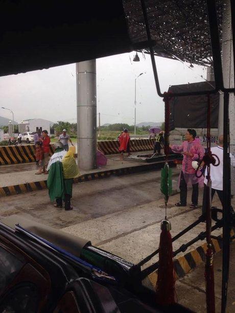 Khanh Hoa: Xe tai dam nat tram thu phi, nhieu nguoi bi thuong - Anh 3