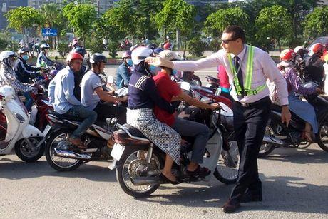 Ong Tay muot mo hoi giai cuu tac duong o Sai Gon - Anh 1