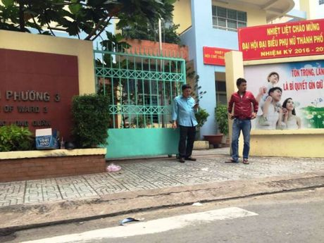 TP.HCM: Can bo chet gan khau sung trong UBND phuong - Anh 2