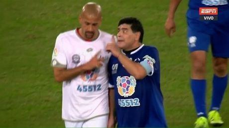 Maradona suyt danh nhau voi dong huong ngay tren san bong tu thien - Anh 1