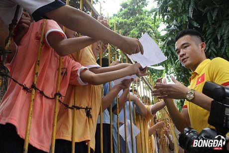 Tuyen thu Viet Nam trai nghiem cuoc song ben ngoai bong da - Anh 8