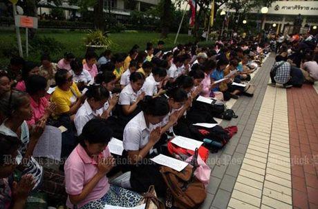 Hang nghin dan do ve Bangkok cau nguyen cho vua Thai Lan - Anh 1