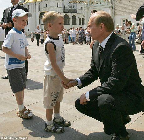 Tong thong Putin bat ngo ra lenh quan chuc goi nguoi than ve nuoc ? - Anh 1