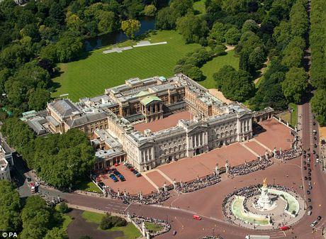 Bao Anh: Sinh vien TQ mang vu khi dot nhap dien Buckingham - Anh 1