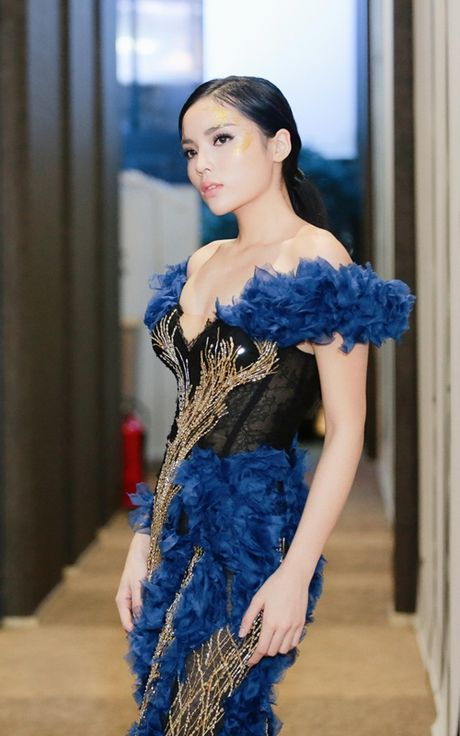 Hoa hau Ky Duyen dien dam bo sat khoe dang nuot na tren san catwalk - Anh 4