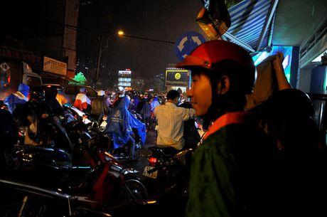 TP.HCM: Bien nguoi ket cung trong mua tren duong Nguyen Kiem - Anh 11