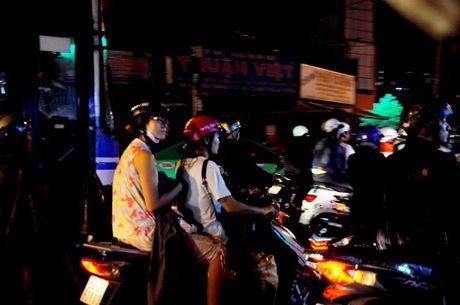 TP.HCM: Bien nguoi ket cung trong mua tren duong Nguyen Kiem - Anh 12
