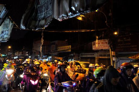 TP.HCM: Bien nguoi ket cung trong mua tren duong Nguyen Kiem - Anh 1
