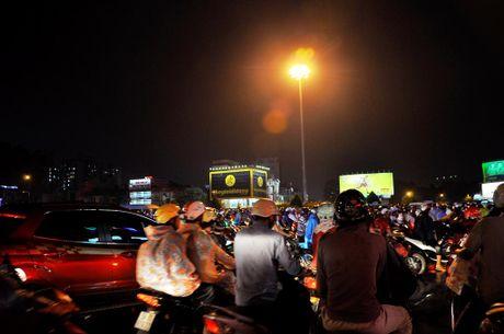 TP.HCM: Bien nguoi ket cung trong mua tren duong Nguyen Kiem - Anh 4