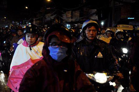 TP.HCM: Bien nguoi ket cung trong mua tren duong Nguyen Kiem - Anh 6