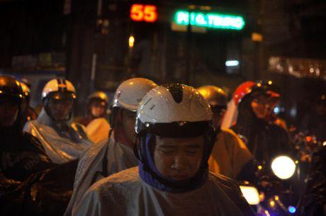 TP.HCM: Bien nguoi ket cung trong mua tren duong Nguyen Kiem - Anh 7