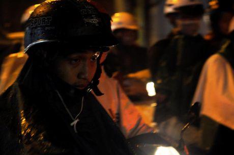 TP.HCM: Bien nguoi ket cung trong mua tren duong Nguyen Kiem - Anh 8