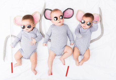 Ba be sinh ba dang yeu trong trang phuc do chinh me thiet ke - Anh 1