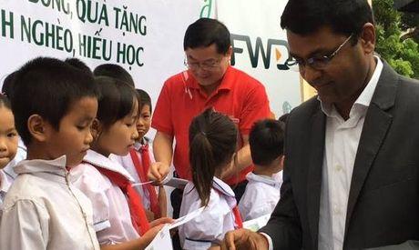 Nhieu hoc sinh nhan hoc bong Nang buoc em toi truong - Anh 1