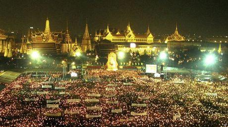 Nhin lai cuoc doi Quoc vuong Thai Lan Bhumibol Adulyadej qua anh - Anh 10
