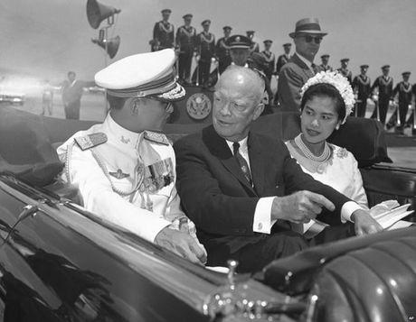 Nhin lai cuoc doi Quoc vuong Thai Lan Bhumibol Adulyadej qua anh - Anh 4