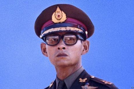 Nhin lai cuoc doi Quoc vuong Thai Lan Bhumibol Adulyadej qua anh - Anh 6