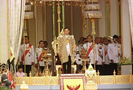 Nhin lai cuoc doi Quoc vuong Thai Lan Bhumibol Adulyadej qua anh - Anh 9