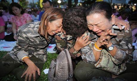 Thai Lan: Duc vua bang ha, nguoi dan oa khoc tiec thuong - Anh 1