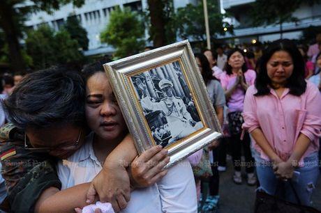 Thai Lan: Duc vua bang ha, nguoi dan oa khoc tiec thuong - Anh 7