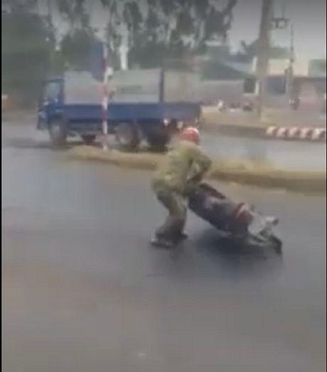 Ha Noi: Nga xe lieng xieng khi di qua doan duong phu kin dau luyn - Anh 1