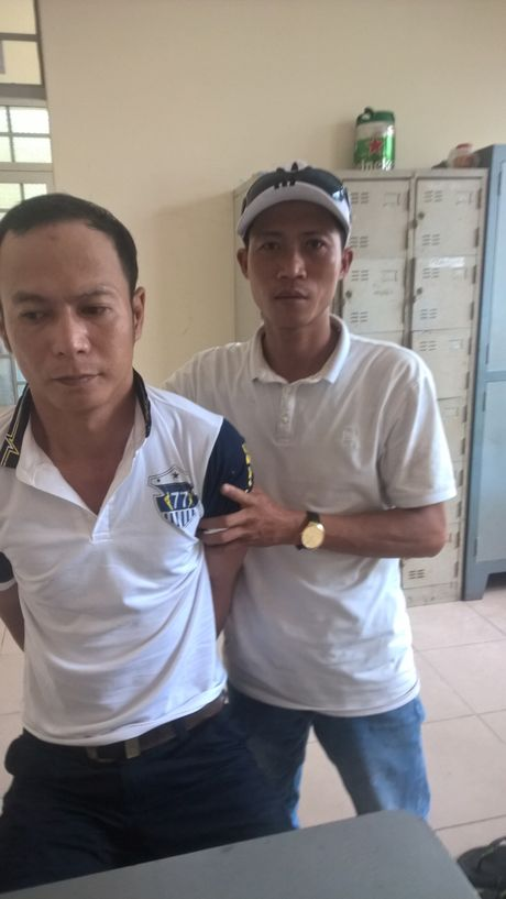 Binh Duong: Bat qua tang 1 doi tuong dang di giao ma tuy da - Anh 1