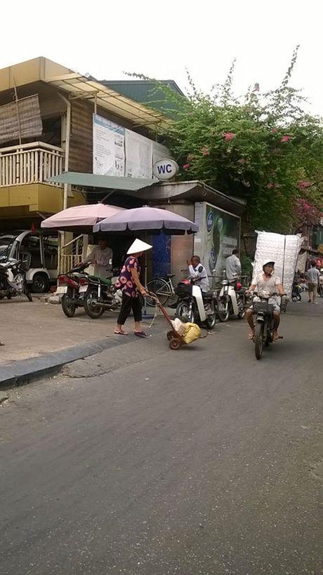 Nha ve sinh cong cong o thu do: Ban thiu va bien tuong - Anh 1