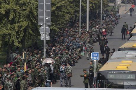1.000 cuu binh bieu tinh truoc Bo Quoc phong Trung Quoc - Anh 2