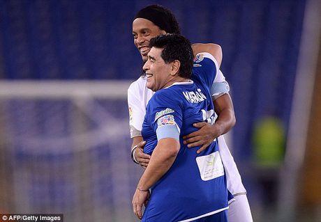 Maradona va con trai tranh tai o tran dau tu thien - Anh 5