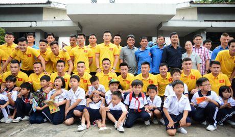 Tuyen thu Viet Nam moi tay ky tang fan o lang tre SOS - Anh 1