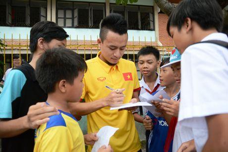 Tuyen thu Viet Nam moi tay ky tang fan o lang tre SOS - Anh 2