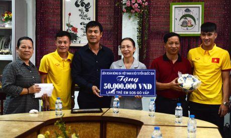 Tuyen thu Viet Nam moi tay ky tang fan o lang tre SOS - Anh 7