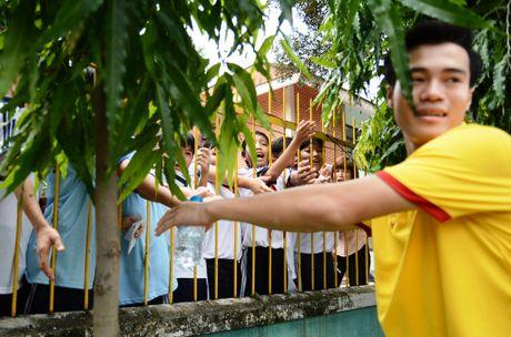 Tuyen thu Viet Nam moi tay ky tang fan o lang tre SOS - Anh 8
