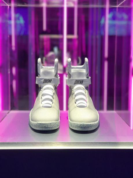 Giay Nike tu that day duoc ban dau gia 100.000 USD - Anh 1