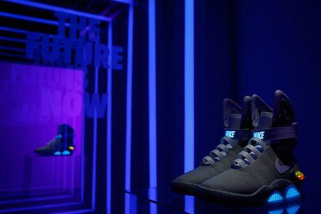 Giay Nike tu that day duoc ban dau gia 100.000 USD - Anh 2