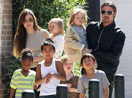 Hai con gai cua Angelina Jolie - Brad Pitt muon duoc ve o voi cha - Anh 1
