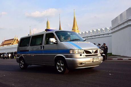 Nguoi dan Thai Lan doi nang de dua tien Nha vua Adulyadej - Anh 2