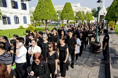 Thai Lan: Xep hang ca cay so don linh cuu Vua Bhumibol - Anh 1