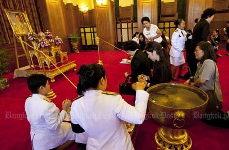 Thai Lan: Xep hang ca cay so don linh cuu Vua Bhumibol - Anh 3