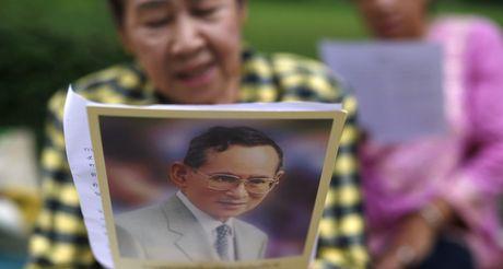Nguoi dan Thai Lan khoc nghen, tiec thuong Nha vua Bhumibol Adulyadej - Anh 10