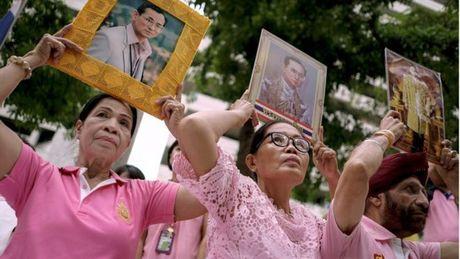 Nguoi dan Thai Lan khoc nghen, tiec thuong Nha vua Bhumibol Adulyadej - Anh 12