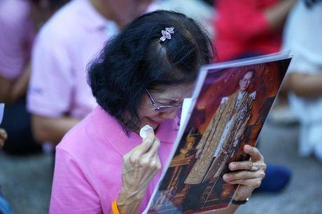 Nguoi dan Thai Lan khoc nghen, tiec thuong Nha vua Bhumibol Adulyadej - Anh 6