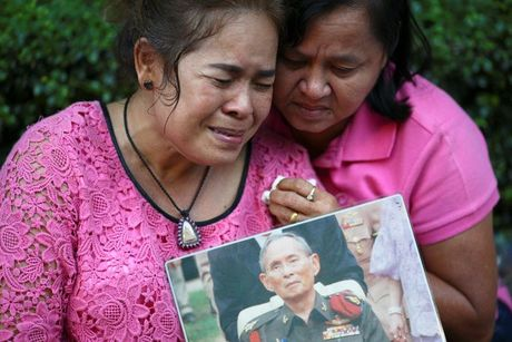 Nguoi dan Thai Lan khoc nghen, tiec thuong Nha vua Bhumibol Adulyadej - Anh 7