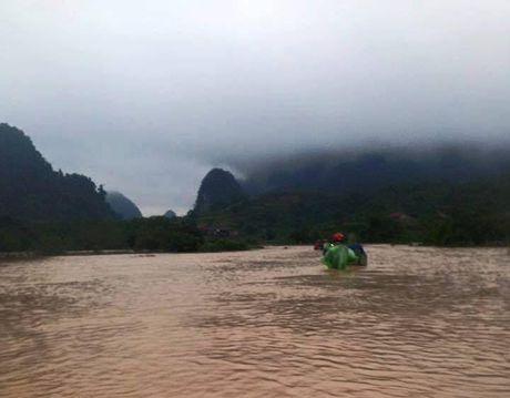 Nuoc lu dang cao nhan chim nhieu thon, ban o Quang Binh - Anh 4