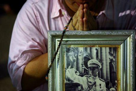 Nguoi dan Thai Lan oa khoc thuong tiec vua Bhumibol Adulyadej - Anh 10